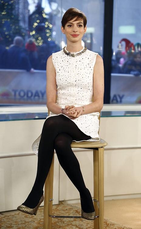 Энн Хэтэуэй в красивом белом платье и черных колготках