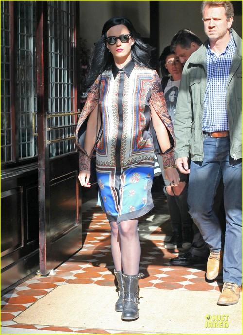 Кэйти Перри в черных колготках и ботинках