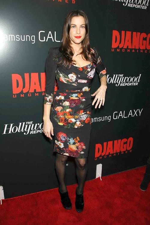 Лив Тайлер в платье с цветочным орнаментом и черных колготках